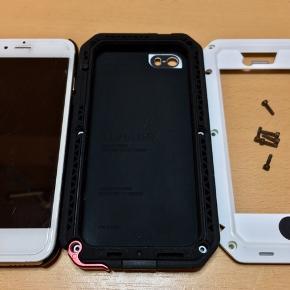 Lunatik Taktik Extreme shockproof silicone iPhone SE/5S cover.  Aluminium metal ramme. Blød silikone holder med 9mm blød kant til at modstå stød.  Gorilla glass berøringsfølsom skærm med anti-refleks. Beskytter mod vand & støv. Lyd & oplader indgang begge afskærmet med membran. Lukkes med 6 Hex skruer. Solid konstruktion men stadig let.  Multi lag opbygning gør den stærk som en tank og modstandsdygtig mod fald, så din iPhone holder til alle slag og knubs! Klarer fald fra over 2 meter!  Touch ID kompatible.   Til størrelse sammenligning er iPhone 6S til venstre.   Koster $69 = 470kr plus fragt fra USA. Sælges kun 200kr.   https://www.lunatikcase.com/lunatik-case/iphone-se/