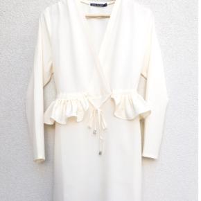 """Designerkjole """"Sofia Dress"""" fra Sara Storm i off white. Kan bruges af M og L. Nypris 600kr. Stadig med tags. Kan se, at der er en lille mørk plet på kjolen (som sikkert sagtens kan fjernes). Billeder kan sendes. BYD"""
