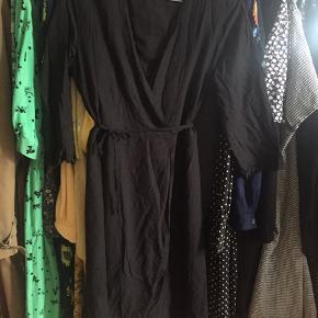 Sort slå om kjole - passer en small/medium ☀️