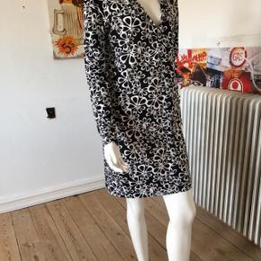 Den smukkeste kjole fra DVF. Sort/hvid.  Brugt 2-3 gange, er som ny og fejler absolut intet. byttes ikke.
