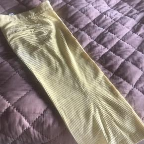Fine lysegule fløjsbukser i str L . 40 cm i talje, hofte ca 50 cm, længde 92 cm Brugt 1 gang , som nye Har også jakke til salg