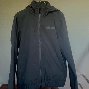 Perfekt stand. Nypris 1400, stadig prismærke i jakken.  Jeg er 178 og passer mig.   Sælges da jeg ikke kommer til at bruge den.  Flere billeder kan sendes.  Obs: hætten kan lynes ind i jakken.