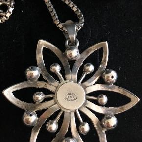 Smuk sølvhalskæde med sølvedhæng designet af John L.  Halskæde måler 42cm - kan udskiftes til en længere. Vedhæng måler 4cm i diameter.   Sælges for 550kr pp