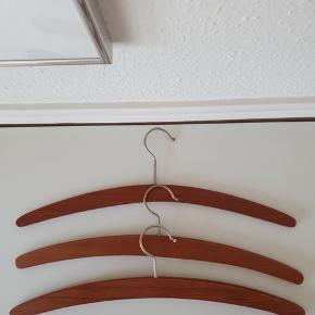 Tre meget flotte og elegante retro Træbøjler i  teaktræ sælges. Bredde 44 cm. Sælges samlet for 75 kr. Se også min andre spændende annoncer.  Tags: Teaktræ Træbøjler Teaktræsbøjler  Retro