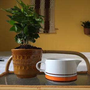 Retro lille kande fra mærket Kahla.  Kan anvendes som mælkekande eller sovsekande.  Sælges billigt - bud modtages  Kan afhentes i Odense eller sendes med DAO.