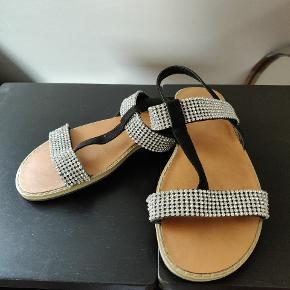 Sandaler med simili sten. Brugt meget få gange. Står som ny