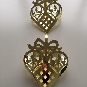 2 stk Royal Copenhagen messing julekurve til ophæng i f.eks. vinduer. Måler 28x21 cm. De har aldrig været brugt. Er i original kasse. Kr 150 pr stk 🌲🌲🌲