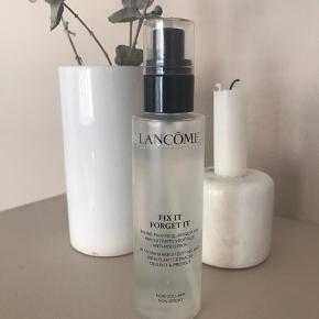 Lancôme fix it forget it spray der holder din make up. Der er brugt til lige under logo kanten så den er næsten helt fyldt. Den er købt i slutningen af august 2019, men får det ikke brugt.  100 ml.  Nypris 250kr.