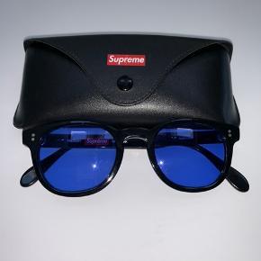 Supreme solbriller fra SS16 eller SS17  De er helt som nye og alt kvit haves    Har aldrig set dem til salg før, så en 1 in a life time chance !  De er sorte med blå glas og er sprøde til sommers mange oplevelser ⭐️