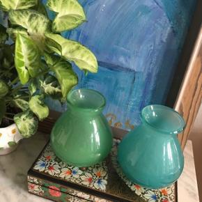 Blå og grøn vase fra mærket Dutz. Mærket er hollandsk, og svarer til det danske Holmegaard. Vaserne er i rigtig fin stand. Sælges helst samlet.