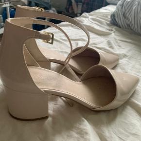 Smukke heels med spids fra Bianco. Er brugt en enkelt aften, men har fået nogle streger på den ene sko (derfor tilstanden), hvilket man ikke ser, når skoen er på!