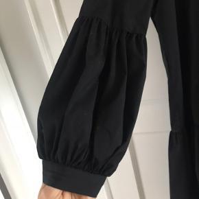 SELECTED Femme kjole med puf ved ærmerne. Brugt 2 gange.