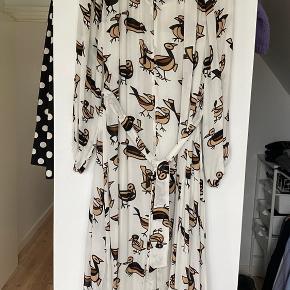 Lækker kjole i silke🤍 Brugt en enkelt gang få timer🤍