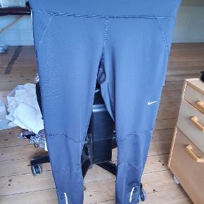 Grå dri-fit Nike løbe tights med silikone kant i ankel kanterne så de ikke kravler op. :)