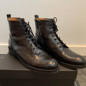 Flotte sorte Billi Bi støvler med snører og indvendig lynlås. Brugt 1 gang en dag. Handler kun via TS og sender med DAO Prisen er fast og bytter ikke.