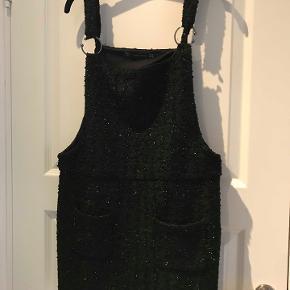 Smuk kort Zara Boucle nederdel med diskrete palietter påsat. str. m/s. kr. 200.- Aldrig brugt. Nypris 600.- Kan ses i Rungsted. Sender gerne.