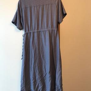 Fin blå slå-om-kjole med tynde hvide striber. Aldrig brugt.