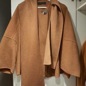 Frakke fra Zara. Brugt kun få gange og derfor ingen brugsspor. Aftagbar krave/scarf.  Kan afhentes på Amager eller sendes på købers regning.