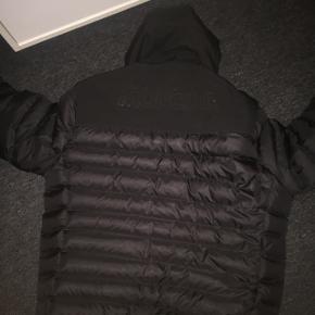 Hej sælger min moncler jakke da jeg ik får den brugt men den er næsten som ny og fejler intet skriv pb for mere info😊