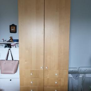 Udemærket garderobe skab. Den nederste skuffe til højre mangler den bagsiden, kan sikkert repareres og skuffen kan sagtens bruges. Skal hentes.