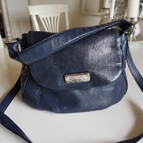 Lækker Marc Jacobs taske i blå læder. Remme er i god stand uden slitage, sølv hardware er let slidt. Tasken er i god stand, med få ridser.  Jeg bytter desværre ikke. Brug gerne køb nu.  😊 #trendsalesfund