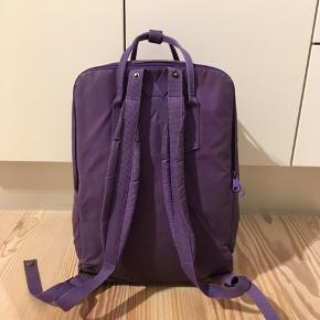 """Fjallraven skoletaske  Den er 17 tommer  Er lidt slidt og beskidt men jeg tror det kan vaskes.  Topseller skoletaske Kånken serien. Polstrede bærrerem, foret rum til en bærbar på op til 17"""". Skriv pb for flere billeder  BYD"""