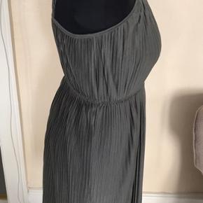 Fin lille sommer kjole med flæser. Meget let.