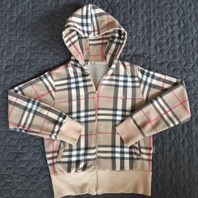 Fuldfed vintage Burberry hoodie str small. Rigtig god stand, men mangler ny hættesnor og har mikroskopisk slitage bag på det ene ærme (se sidste foto).  650kr+porto er mp  Klik på foto ved 'mød sælgeren', og se alle mine andre fine ting🌺