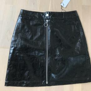 Nederdel i lak fra Envii, desværre aldrig brugt og stadig med tags  Str XS, men passes af en S Obs - Køber betaler fragt