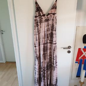 Varetype: Maxi Farve: Multi Oprindelig købspris: 1500 kr. Kvittering haves.  Lækker lang kjole i Happy batik look. Str er str L - men jeg selv er en str 46 og passer den fint, da der er elastik under brystet.
