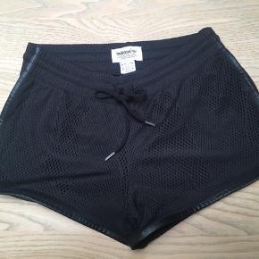 Flotte elegante sorte shorts i unik mønster  fra Adidas Originals str. XS sælges - købt hos Stoy i Århus. Kun brugt få gange, og så fine som nye☀️Gratis Porto i uge 42 ved køb via TS🤗