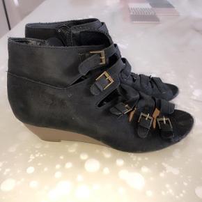 Shixo sorte lækre sandaler med mange spænder.Str 37.