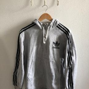 Fedeste Adidas hoodie, med lynlås ved brystet.