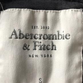 Mørke blå strik cardigan fra Abercrombie. Str. S