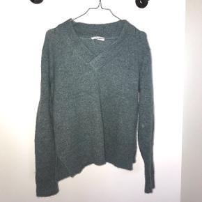 Sælger denne blå/grønne sweater. Den er aldrig brugt.