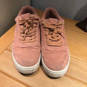 HM sneakers i laksefarvet/lyserød.   Kan afhentes i Amagerbro eller sendes med DAO. Evt. fragt lægges oveni prisen.