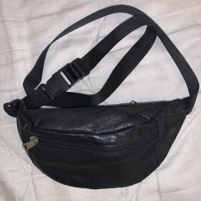 Fin sort bæltetaske, ikke rigtig læder. Brugt nogle gange, men det er ikke noget der ses tydeligt. Tasken kan justeres, og har to rum. Røgfrit hjem. Kontakt mig hvis du er interesseret!