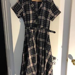 Retro 50er stil. Kjolen sidder flot med bælte i taljen.