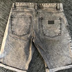 Just Junkies jeans shorts str 33 = L -  brugt få gange.  Oprindelig købsprispr. stk : 299 kr.  Super udsalg.... Jeg har ryddet ud i klædeskabet og fundet en masse flotte ting som sælges billigt, finder du flere ting, giver jeg gerne et godt tilbud..............  Sendes med Coolrunner ..