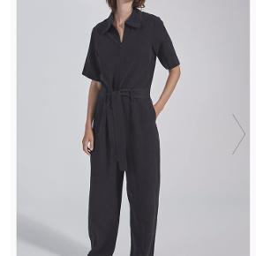 Smuk buksedragt i silke og hør blanding. Modellen hedder Dana Jumpsuit, farven hedder sort, men er mere koksgrå i det.   Brugt 2 gange og fremstår derfor som nu.