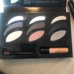 Øjenskygge pallettw fra Victoria Secret med en øjenskygge primer, børste og 9 forskellige øjenskygger