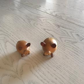 2 skønne små grise salt og peber sæt med strø huller i trynerne , gamle af træ   Sender gerne på købers regning   Til salg på flere sider
