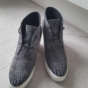 Smarte støvletter med 2 cm sål og 6 cm hæl. Rummelige i størrelsen (mærket str. 38, men passer også til 38,5). Rigtig pæne og behagelige at have på.