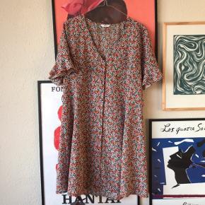 Super smuk kjole fra Envii i str. L 🌸 ikke brugt særlig meget. Bindebånd medfølger 💐 har knapper hele vejen ned   Bemærk - afhentes ved Harald Jensens plads eller sendes med dao. Bytter ikke 🔥  💫 Kjole blomster blomstret