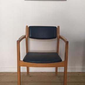 Lækker 60'er stol købt på loppemarked for 500 kr få år siden. Desværre har vi ikke længere plads til den.   God stand, solidt træ - men har skønshedsfejl som retromøbler nu har 😊  Træet er solidt og lækkert, stolen enormt velholdt - men har fra start af haft nogle småfejl hist og her (fremgår på billederne nedenfor).