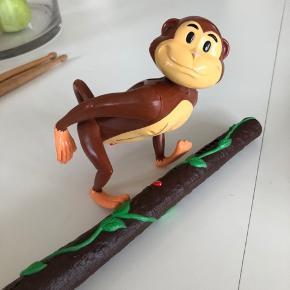Hide and seek monkey med søgestav. Gem aben ude elle inde og led efter den med staven som giver lyd når man er i nærheden af aben