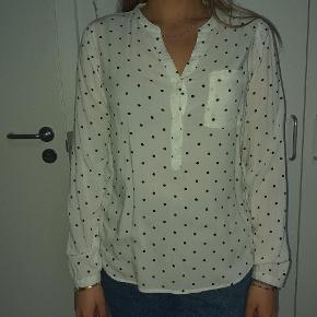 Sælger min hvide lækre skjorte med sorte prikker i str L. Den kan også passes af mindre størrelser hvis man er til oversize. ALDRIG BRUGT