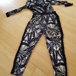 Super fint Gestuz sæt i syr. 36. Skjorten kan bruges udenpå og indeni. Der er sorte kanter på skjorten og i siden af bukserne. Sælges da sættet er for kort til mig i længden.