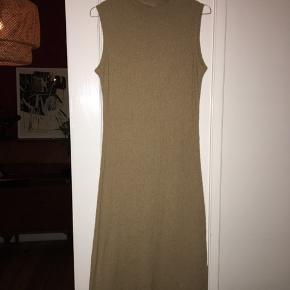 Vintage kjole købt i Studio Travel til 800,- Str M, men fitter nærmere 36 + 38.  Jeg har aldrig brugt den og den fejler absolut ingenting.  Mp er 300 🤠