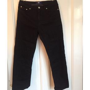 Stumpe jeans fra Woodwood i sort. Jeg får dem slet ikke brugt men de er super cool. Så vidt jeg huskede kostede de 1000kr fra ny. Størrelsen i bukserne er 28 og jeg passer dem som en str 38 (M). Køber betaler fragt:)